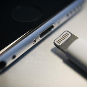 次期iPhone、ライトニングケーブルを廃止か