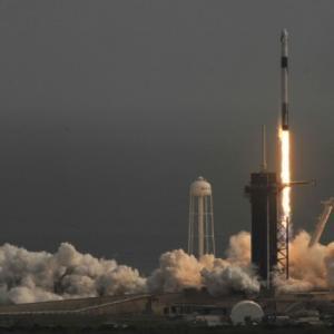 米スペースX、有人宇宙船の緊急脱出試験に成功