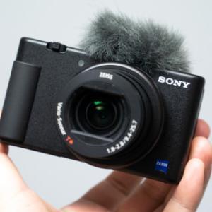 ソニー、Vlog向けカメラ「VLOGCAM」。バリアングルで自撮り、商品レビュー動画用ボタン