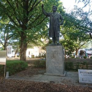 上野公園で見つけた野口英世博士の彫像は試験管を仰いでいた