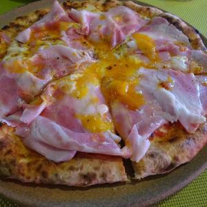 絵描きの宿という意味のラ・ロカンダ・デル・ピットーレでドイツ人の名を冠したピザを食べた