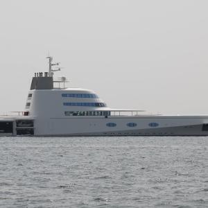 A [フィリップ・スタルクがデザインしたモーターヨット] 南芦屋浜沖に停泊