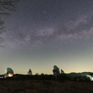 野辺山宇宙電波観測所と星空