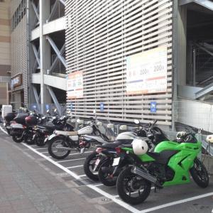 バイクで映画館。