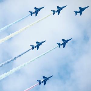 ブルーインパルス5色の雲吐く夏の空