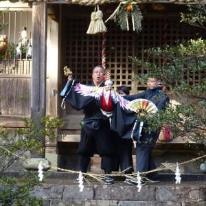 人形も神社初詣