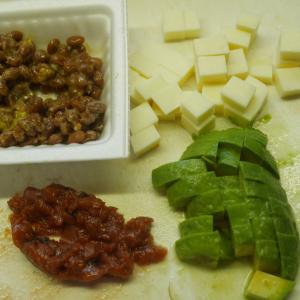 アボカド・納豆・梅干し・チーズの和え物