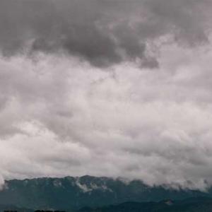 暗雲広がる空を見て