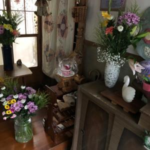 しばらく花だらけ!花瓶?には意味があります