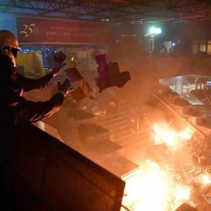 香港の大学が戦場へ 大学へ警察機動隊が突入へ 警官隊も実弾発砲へ