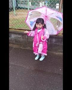 エルサの傘とレインコート。