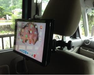 車でタブレットを見る。