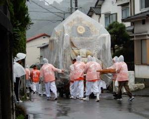 台風と秋祭り・・・小雨の中で