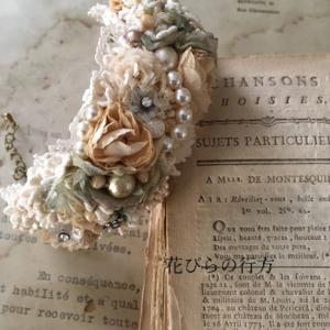 花とキラキラの布花ブレスレット~と「猫が網戸に張り付いた件」