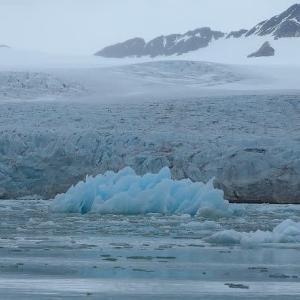 海氷の中を