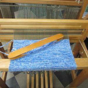ハワイアンの裂き織り布にコラボレーションカード織りを組み合わせてさわやかバッグに仕上がりましたー