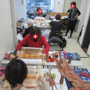 昨日のアトリエ教室風景・昼夜織りのショールやチェック布の裂き織り+追加で480粒のキラキラ―!!