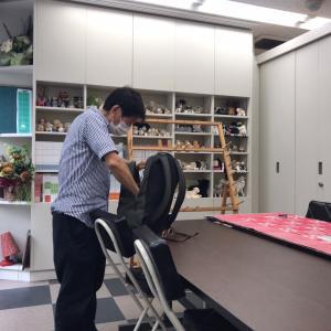 しばらく前にいらしたお客様再びご来店・本にサインをして、シルク製の自作のマフラーを見せていただく