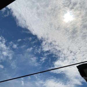 隙間から9月の空