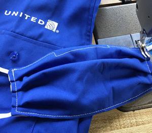 マスクも制服、ユナイテッド航空は、制服生地のマスクを従業員に提供!