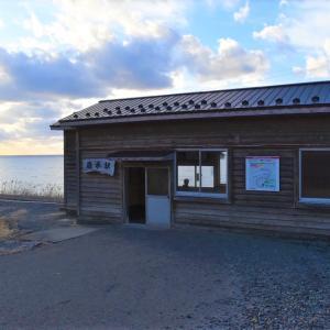 青森県深浦町 五能線驫木駅とディープ過ぎるお店三国屋商店のうどん。
