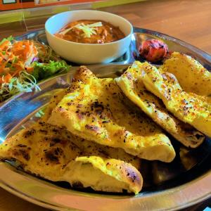 青森県むつ市 ネパールカレーのお店DIYOの、ガーリックナンセットが美味しい。