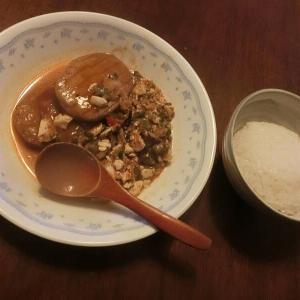 『陳麻婆豆腐』へ(レトルト)ハンバーグ足して喰ってる奴 @ 辛いのと甘いのが重なって微妙(爆