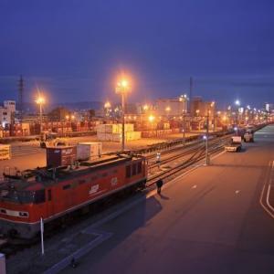 夜の貨物駅