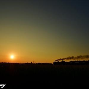 夕陽と汽車がある風景