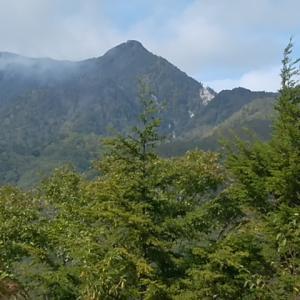 雨の前に小八郎岳