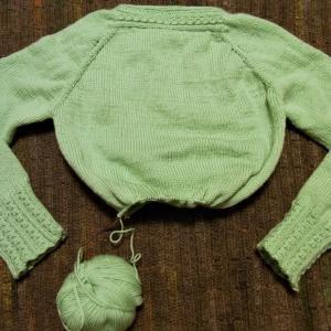 「上から編むニット、横から編むニット」ミントグリーンの上から編むセーター 身頃成長しました