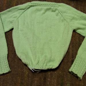 「上から編むニット、横から編むニット」ミントグリーンの上から編むセーター 裾編み突入