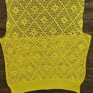 方眼編みのポロシャツセーター後身頃編めました