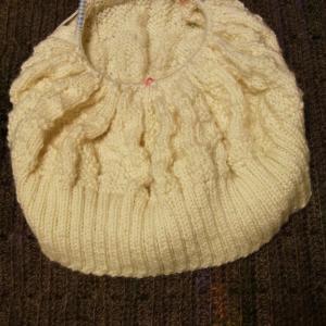「白い糸で編むセーターの本」エイトスターのセーター2玉目
