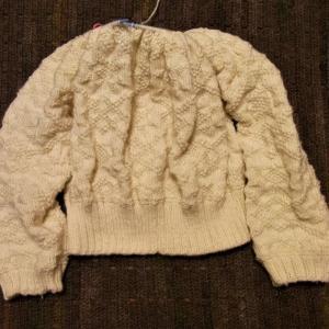「白い糸で編むセーターの本」エイトスターのセーター 袖つきました
