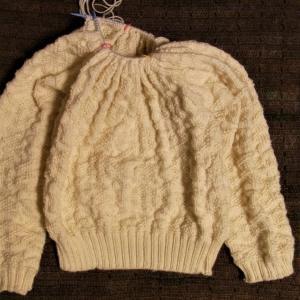 「白い糸で編むセーターの本」エイトスターのセーター ヨーク途中経過