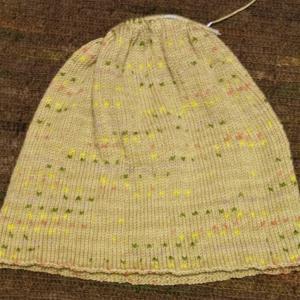 ヨーロッパの手あみ 透かし模様の丸ヨークセーター前身頃編み終わり