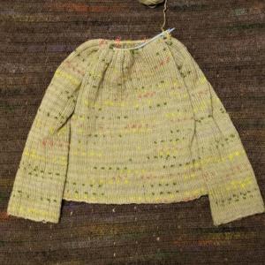 ヨーロッパの手あみ 透かし模様の丸ヨークセーター 袖編み終わり