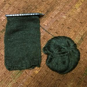 丸ヨークのプルオーバー 袖編み中