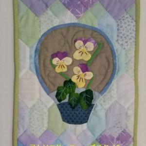 薄紫のフリージアとお花のアップリケはビオラ