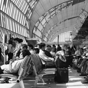 搭乗待合室の人々と「惨事便乗」と「祝賀」のダブルパンチ