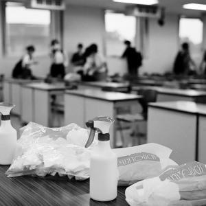 教室のウイルス除去作業と終業式後の小学生