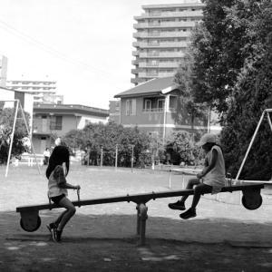 女の子のシーソーとブランコとロープスライダー
