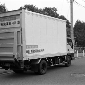 学校給食運搬車とドライバーの弁当