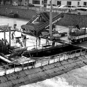 中判モノクロフィルムで撮ったインディアン水車とそれを見る人々