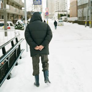 大寒の中 手袋をはかない老人