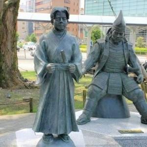 竹千代君と後方の家康公像の視線の先には・・・・