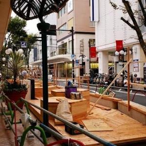 商店街に木製のデッキが・・・