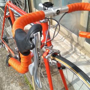 ビビッドなオレンジのバーテープ