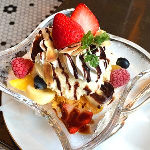 東急プラザ銀座「丸福珈琲店銀座 喫茶室」でブランデーをきかせたちょっとレトロな「大人のパフェ」